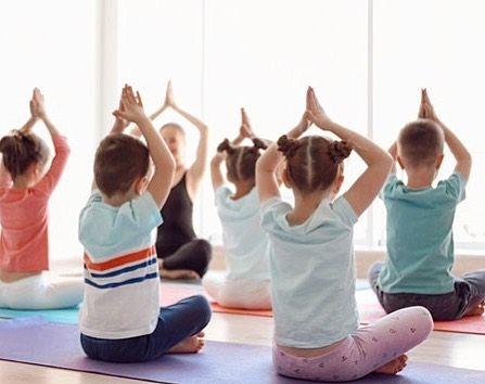 Çocuk yogası, klasik yoga duruşlarının çocuklar için uyarlandığı, eğlence, disiplin, kendine güven v...