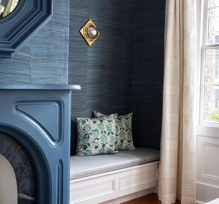 Loving this navy grasscloth wallpaper and accents