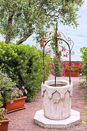 Jardin De Fleur Avec Le Puits De Pierre  Puits    Jardin