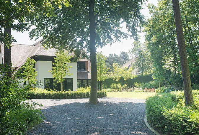 Moderne tuin met veel groen en zwembad buytengewoon