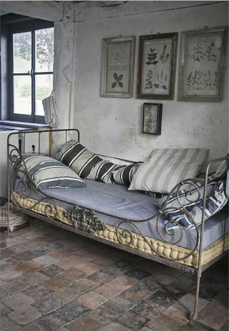lit en fer toile matelas et magnifique carrelage ancien en terre cuite deco maison. Black Bedroom Furniture Sets. Home Design Ideas