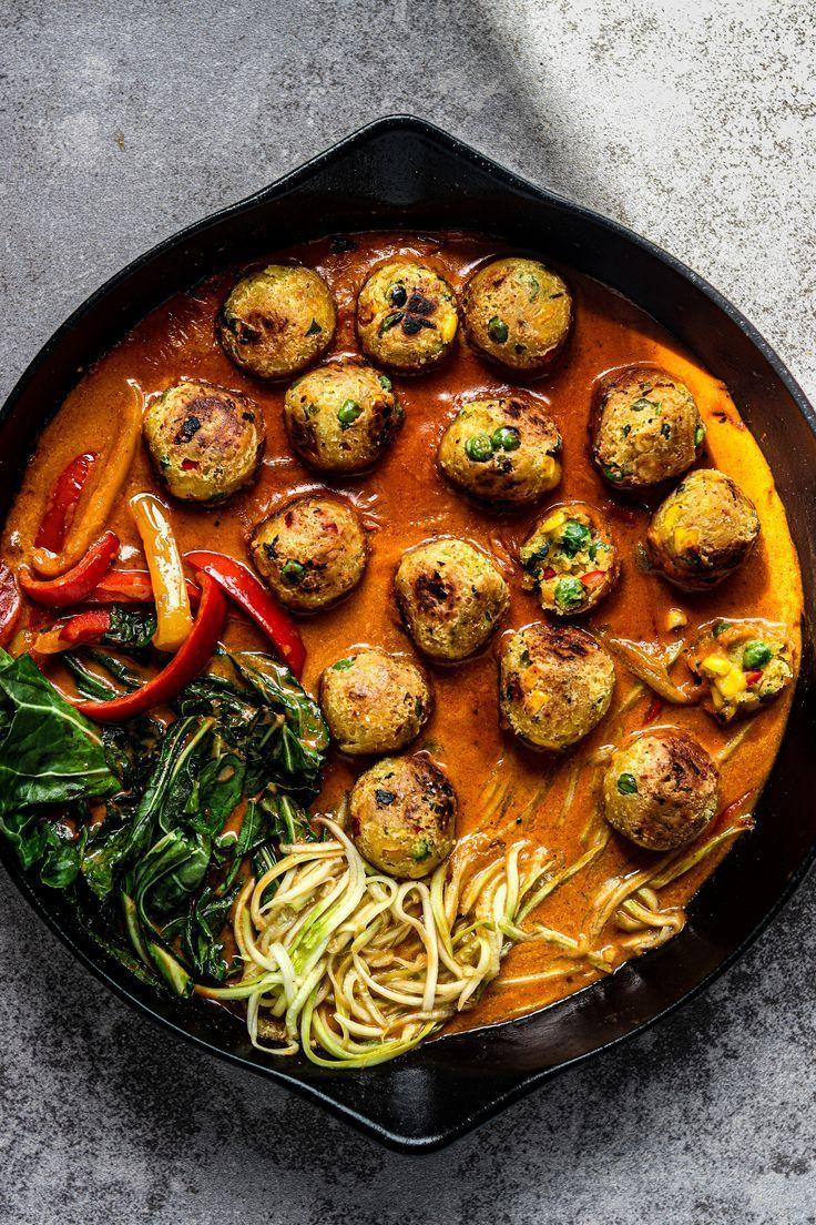 Thai Curry mit Falafel-Gemüsebällchen und Zoodles | Olives in the Oven -   Dieses Rezept ist ein Mix aus thailändischer, libanesischer und schwedischer Küche. Eine Geschmacksbombe aus unterschiedlichen Kulturen;  zubereitet in nur 1 Pfanne!  Cremiges Kokosnuss-Gemüse-Thai Curry mit Gemüse-Bällchen.    TIPP: Ich verwende Zoodles (Zucchini geschnitten in Spaghettiform), aber du kannst natürlich auch anderes Gemüse in den Spiralschneider stecken!     Hauptzutaten:  Rote Curry Paste, Kokosmilch, Ki