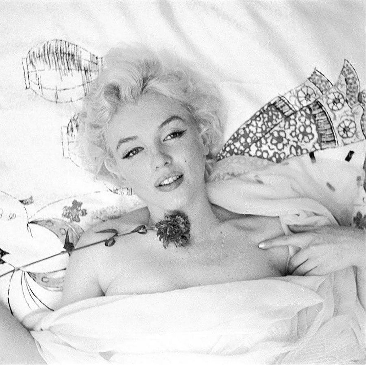 Marilyn In Bed With Roses Marilyn Monroe Marilyn Monroe Photos Marilyn
