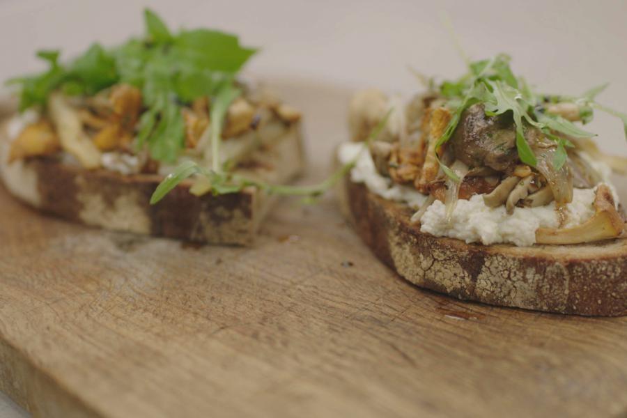 [video:910052]De 'toast champignon' is een onverwoestbare klassieker uit de bistrokeuken. 't Is een redelijk zwaar gerecht en daarom bedacht Jeroen de Zuiderse versie van de toast met een fris kaasmengsel van ricotta en een beetje limoen. De klassieke Parijse champignons vervangt hij door een paddenstoelenmengeling die iedereen naar smaak en aanbod kan samenstellen. Zuurdesembrood is zeer geschikt voor de toast.