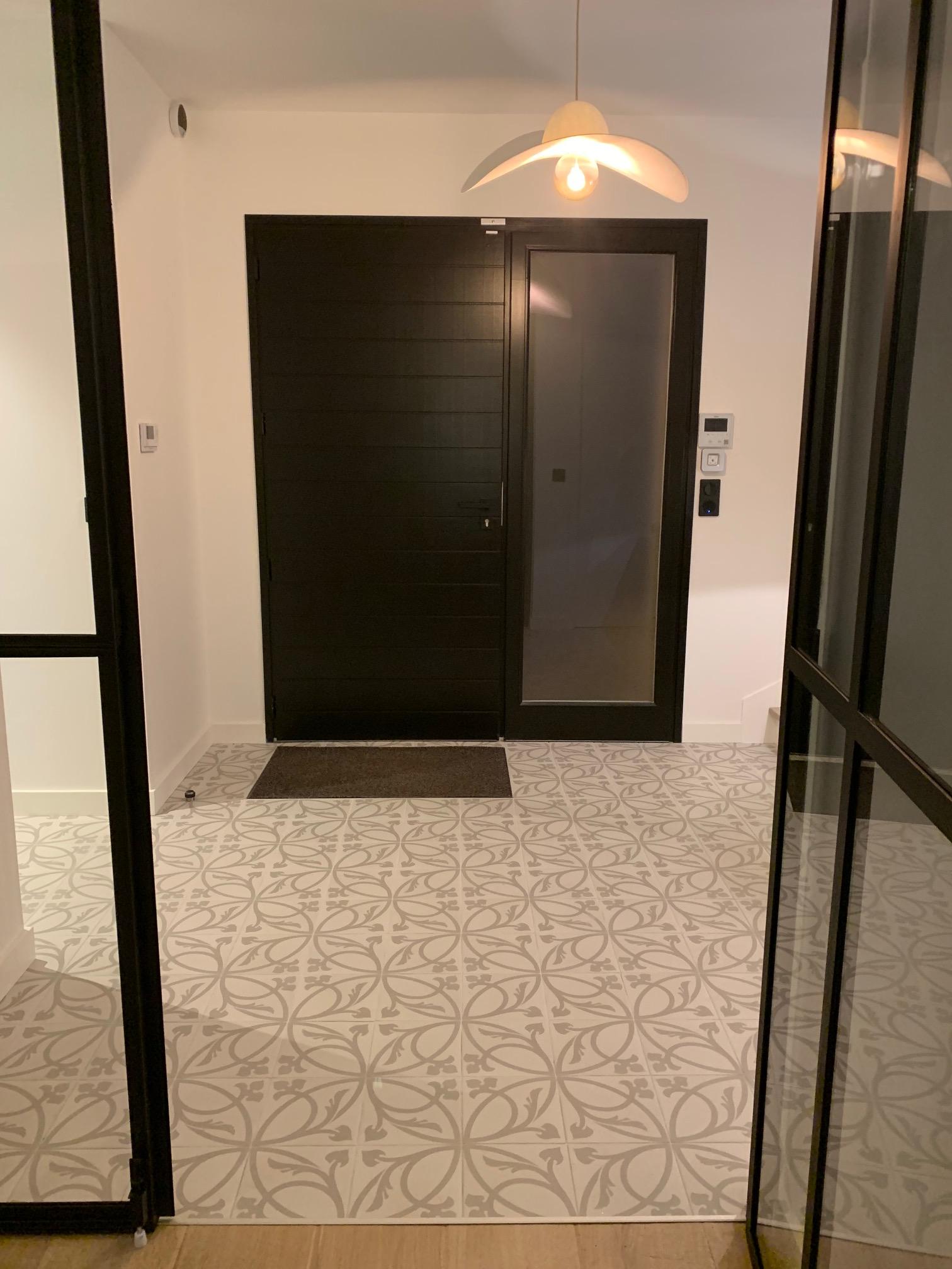 Entree D Une Maison Moderne Avec Un Sol Carrele En Imitation Carreaux De Ciments Et Paillasson Encastre In 2020 Framed Bathroom Mirror Bathroom Mirror Home Remodeling