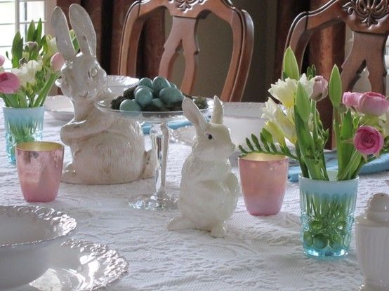 Such a cute Easter table and it's stuff you could pick up cheap at the Dollar store! Adorable!