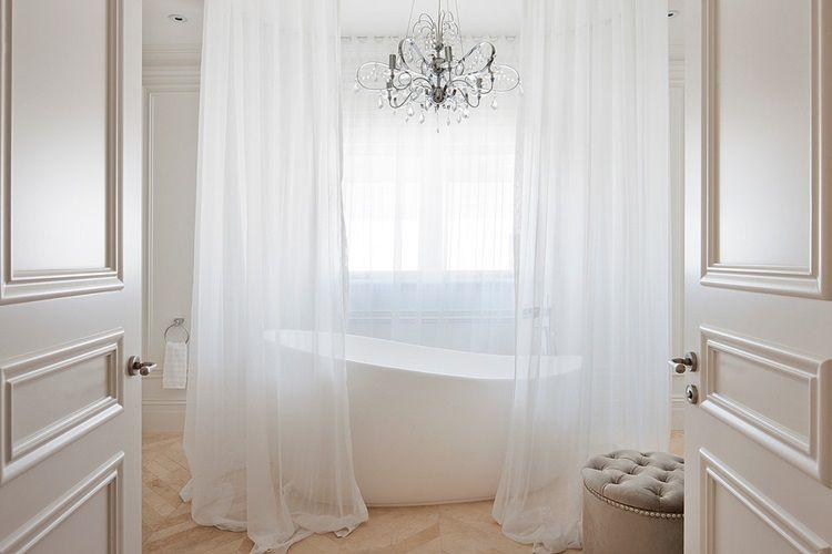 Wanna wolnostojąca jest swego rodzaju luksusem. Luksus ten jest przede wszystkim związany z wielkością łazienki. Niestety taka wanna nie sprawdzi się w małym pomieszczeniu.Mnie osobiście od zawsze zachwyca wanna z lwimi nóżkami a jak jest z Wami? Jesteście miłośnikami długich kąpieli czy raczej wolicie szybki prysznic ? :) źródło zdjęć: www.houzz.com