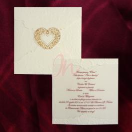Invitatie compusa dintr-un carton crem ornat cu design floral in relief peste care se prinde o hartie de calc transparent pe care se tipareste textul. Plicul din carton crem ornat cu acelasi design floral, se inchide cu ajutorul inimioarei centrale aurii si este inclus in pret. #invitatii de #nunta, #invitatii #elegante, #invitatii #superbe, #invitatii #originale, #accesorii #nunta