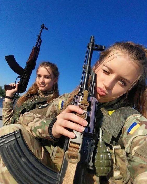 سرباز دختر در حال چشمک زدن