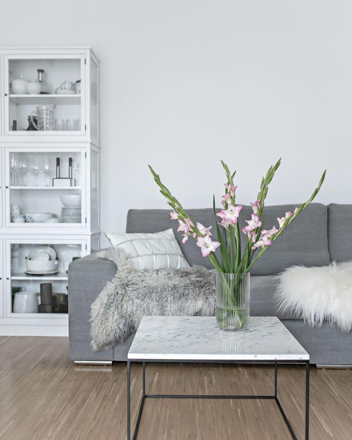 Captivating Decoración Simple Y Bonita En Estilo Moderno, Salón Gris Y Blanco Con  Decoración De Flores