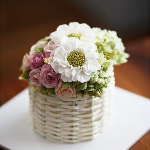 Student's work... Basket style buttercream flowercake.  #cherryblossom #buttercream #butter #buttercreamflowers #flowers #flower #cake #cakes #kiss #kissthecake #koreanstyle #koreanbuttercream #basket #케이크 #케익 #플라워케이크 #플라워 #플라워케익 #버터크림 #키스더케익 #키스 #키스더케이크 #버터크림플라워케이크 #바구니케이크