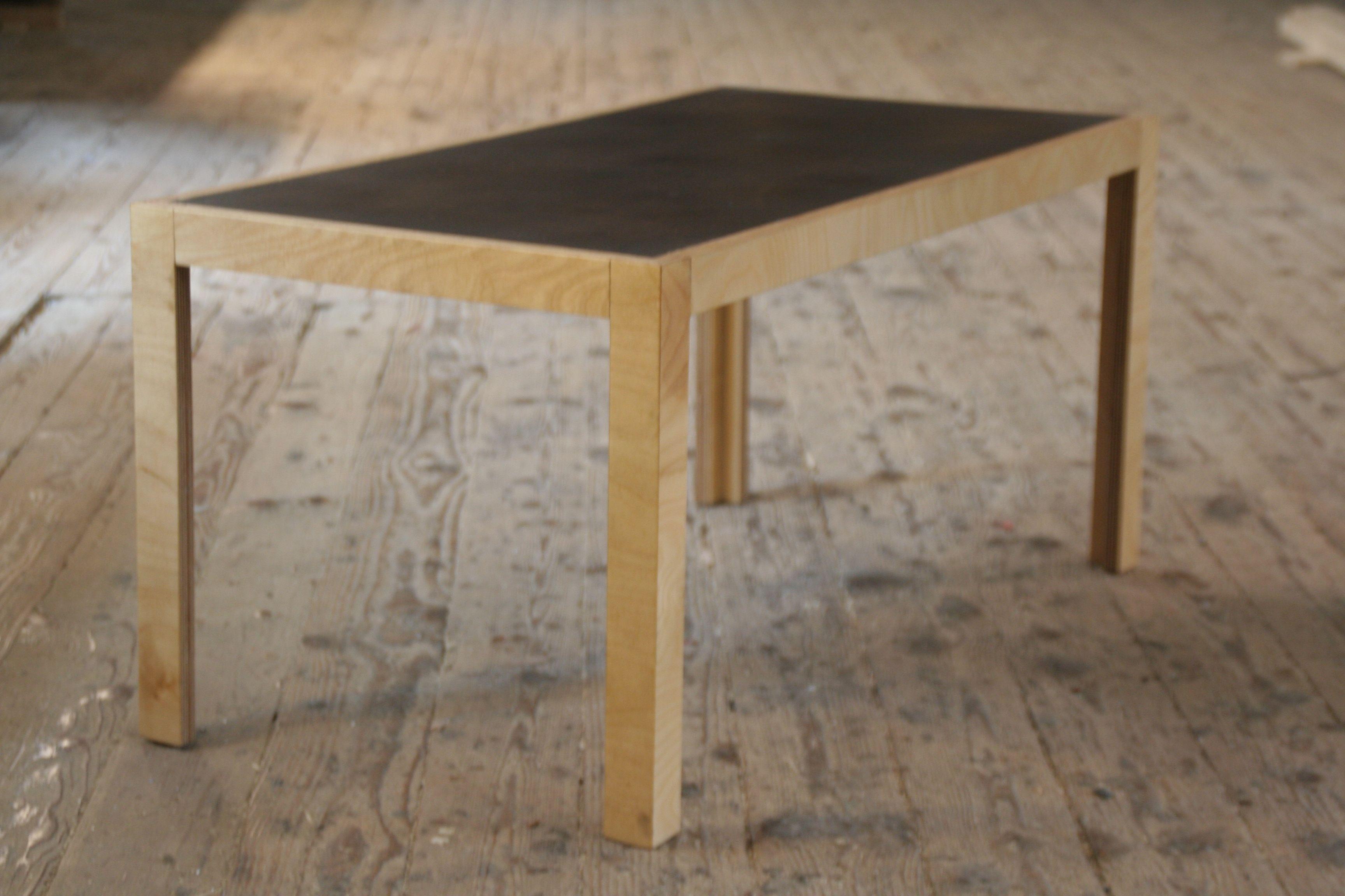 Couchtisch aus Multiplex mit Tischplatte aus Kaffeesatz