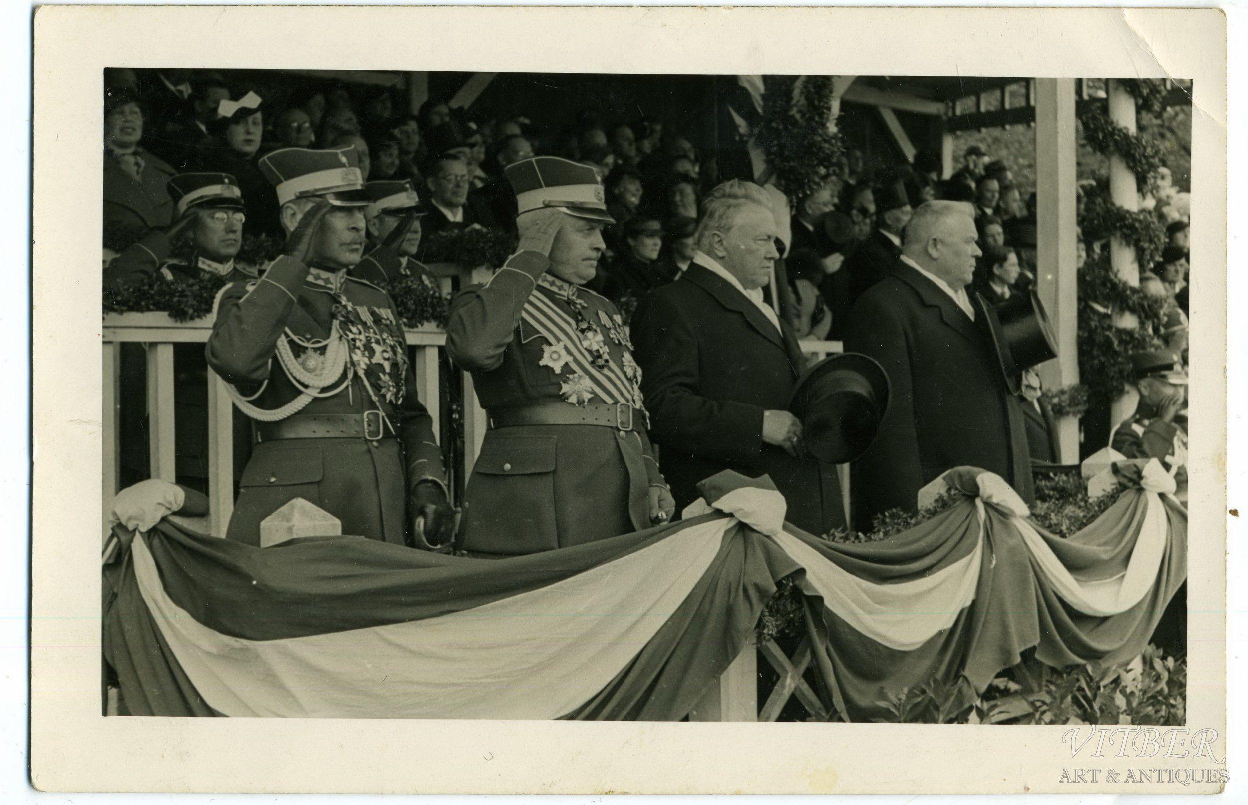 Fotogrāfija, Latvija, prezidents Ulmanis un Balodis pieņem