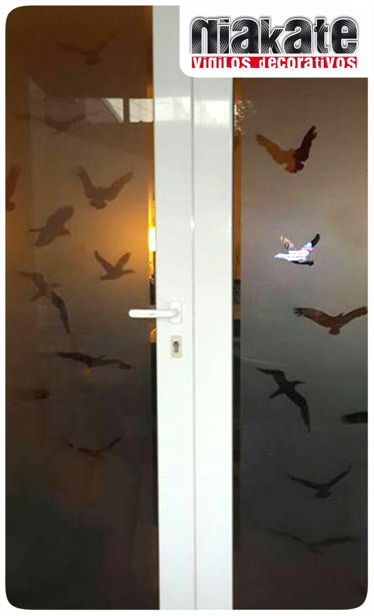 Esmerilado con siluetas de aves en vuelo caladas.  http://www.vinilosniakate.com.ar/esmerilados.html