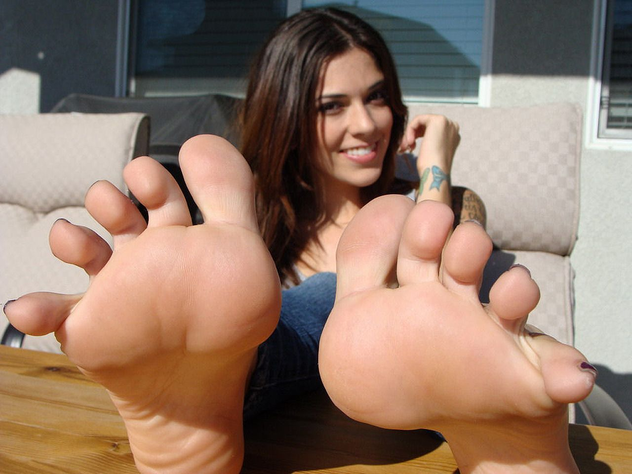 Girls lick inbetween toes
