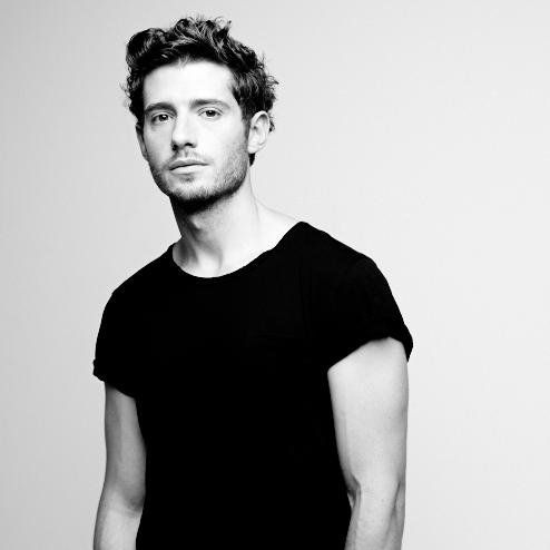 Julian Morris with a weight of 71 kg and a feet size of N/A in favorite outfit & clothing style