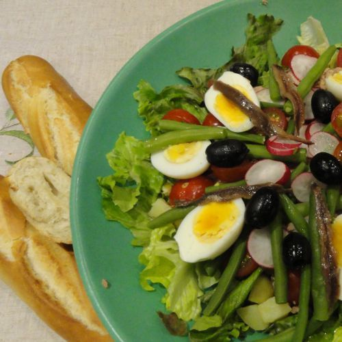 Healthy pregnancy meal salad nicoise packed with pregnancy vitamins salad nicoise for your healthy pregnancy diet delicious and easy click here for the forumfinder Image collections