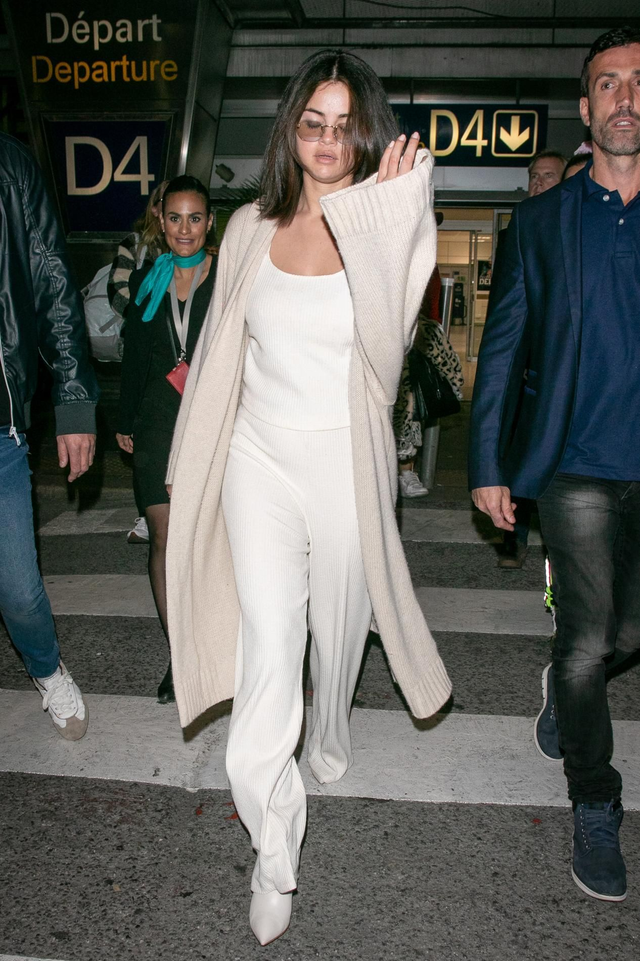 Le total look nude impeccable de Selena Gomez à l'aéroport