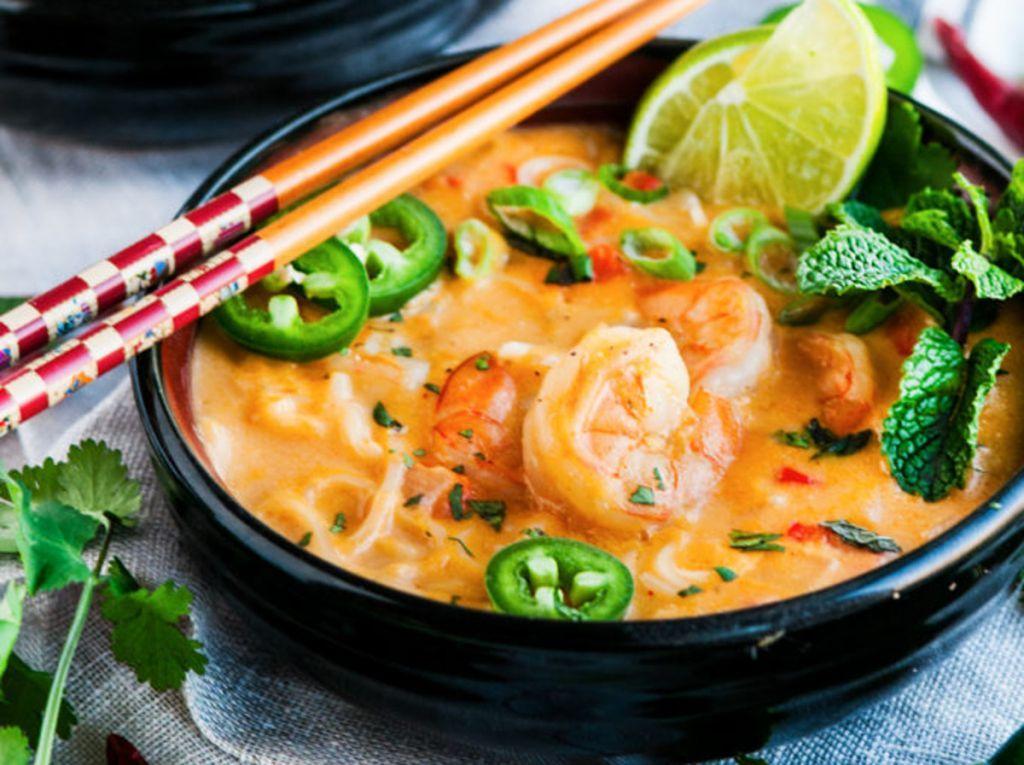 Une Soupe Thailandaise Aux Crevettes Et Lait De Coco Tres Facile A Faire Recipe Curry Shrimp Coconut Curry Shrimp Tasty Thai