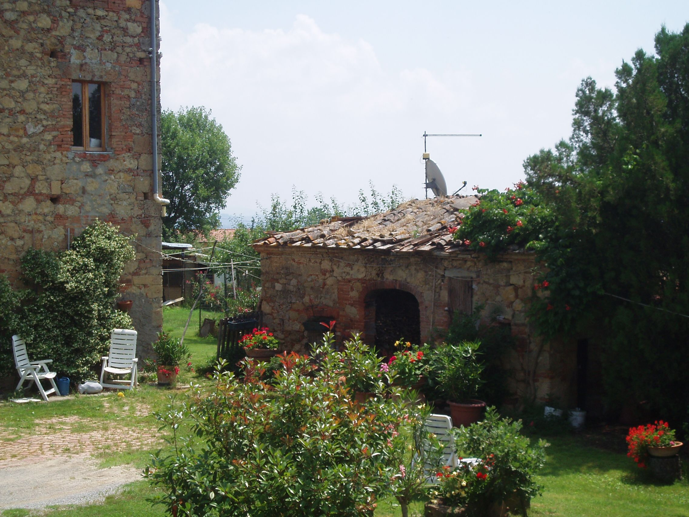 For sale   this rustic house  in Tuscany to restore. www,villainversilia,it