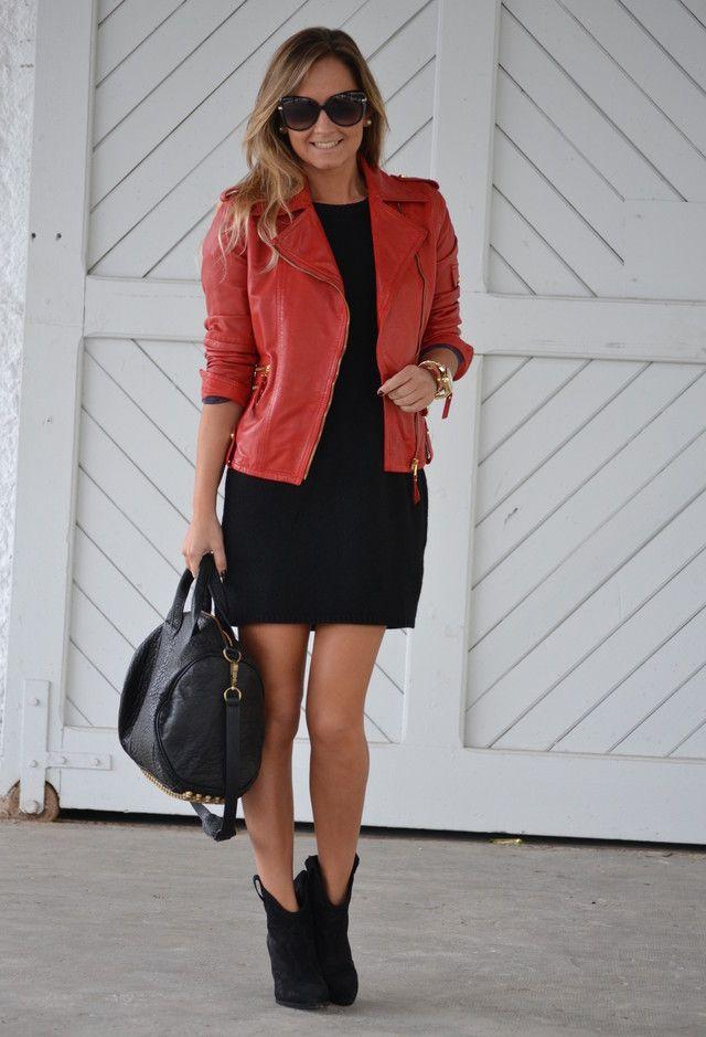 Vestido negro con chaqueta roja