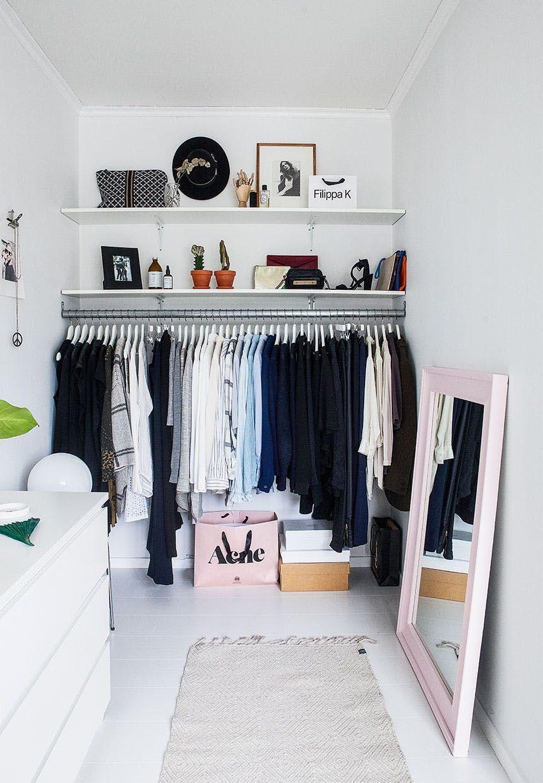 Walk-in-closet med speciallavede hylder, metalstand og lyserødt ...