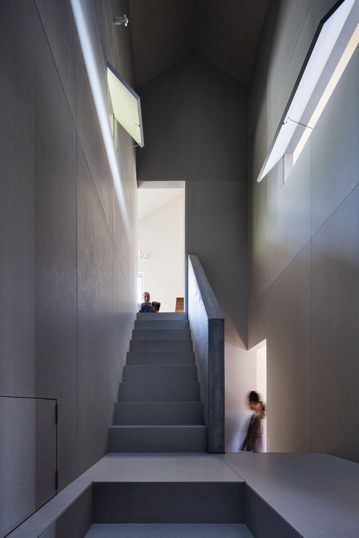 青山の家の階段ホール 玄関から一旦 吹抜けの有る階段ホールに