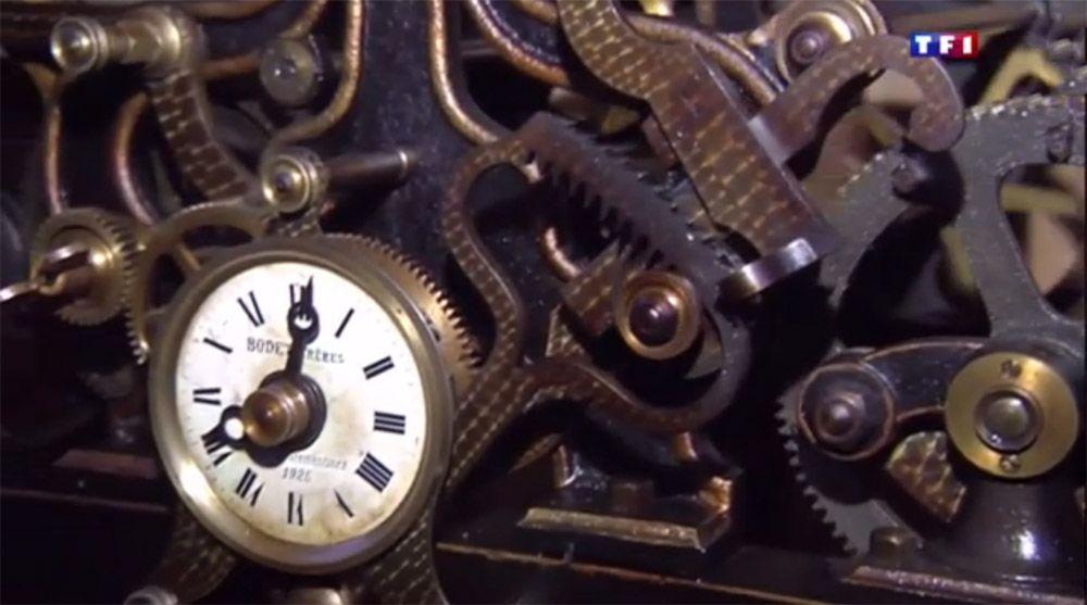 """Horloge mécanique Bodet """"Frères"""" de 1925 en parfait état de marche située dans l'église de Montguillon dans le Maine et Loire. A retrouver dans un reportage de TF1 diffusé au journal de 13h du 02 avril 2015. Au programme également : la sonnerie manuelle de l'Angélus par le cantonnier du village et de très belles vues des cloches de l'église. Le reportage commence à la 33ème minute du journal : http://videos.tf1.fr/jt-13h/2015/le-13-heures-du-2-avril-2015-8586240.html"""