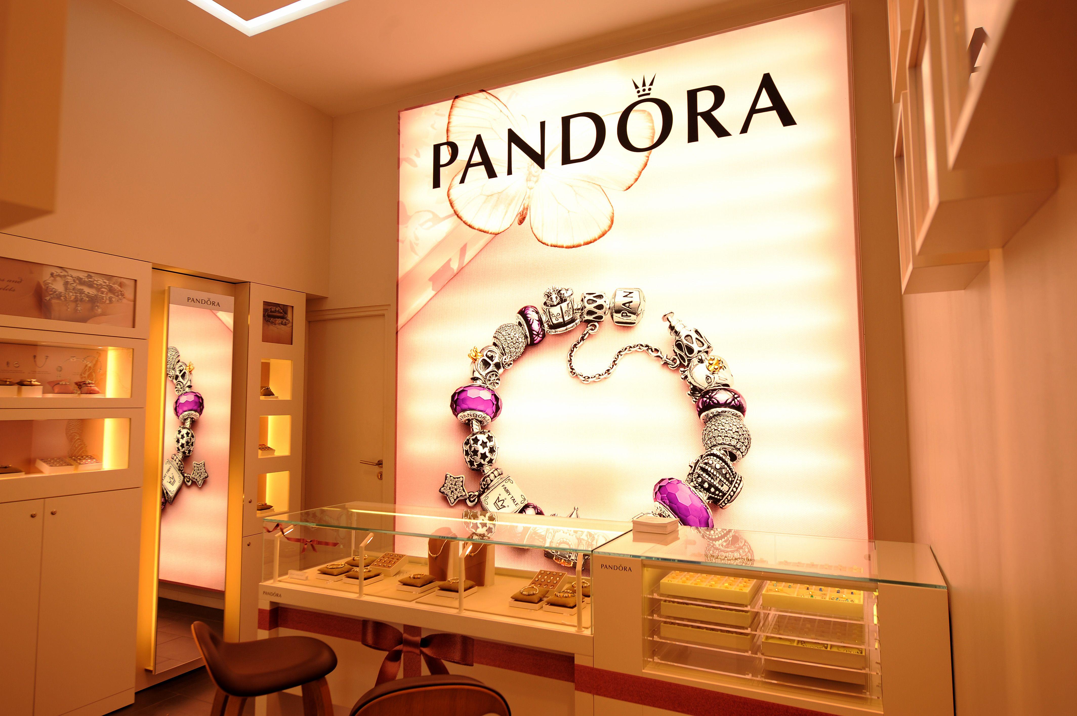 Pandora store à Lyon | Soufeel, Home decor decals, Decor