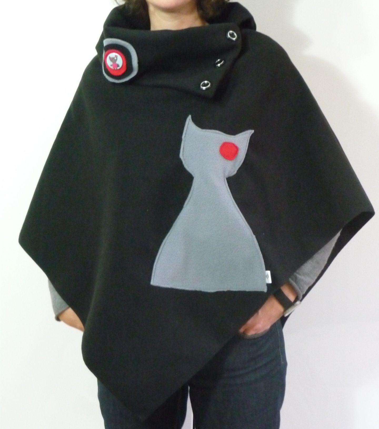 f5a29acfba2 Poncho chic en polaire motif chat noir et gris