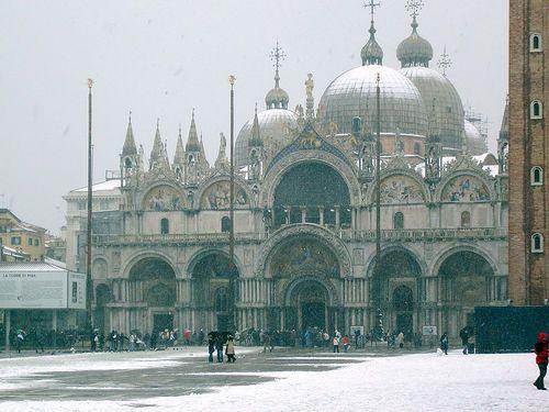 Lunedì 11 febbraio arriverà la neve al nord Italia fino in pianura, previsti accumuli ingenti, sopratutto in Lombardia. A Milano il manto nevoso potrebbe raggiungere e localmente superare i 20 centimetri. Neve anche a Torino, Brescia, Bergamo , Verona, Padova e Udine.