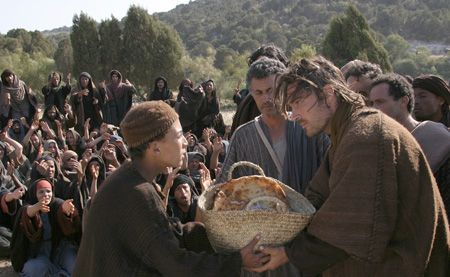 Jesus feeds the five thousand people with five loaves and two fish ...