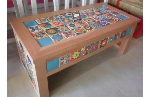 mesa con azulejos.