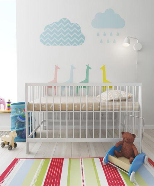 Habitacin de beb con cuna blanca y vinilos en la pared