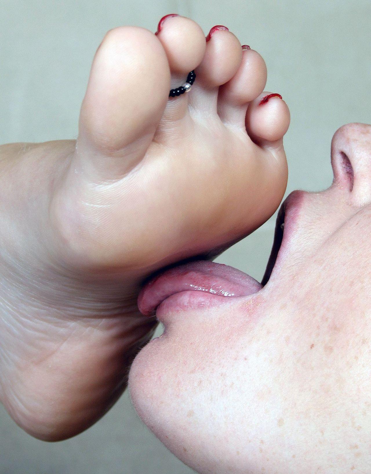 Фото целования женских пальчиков ног