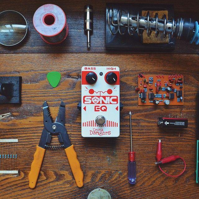 No sólo hacemos muñecas en esta casa! Si te gusta la música, busca en Facebook a: Emma Dangers #fx #efectodeguitarra #emmadangers #pedal #chile #taller #diseñopersonalizado #sonido www.emmadangers.wordpress.com