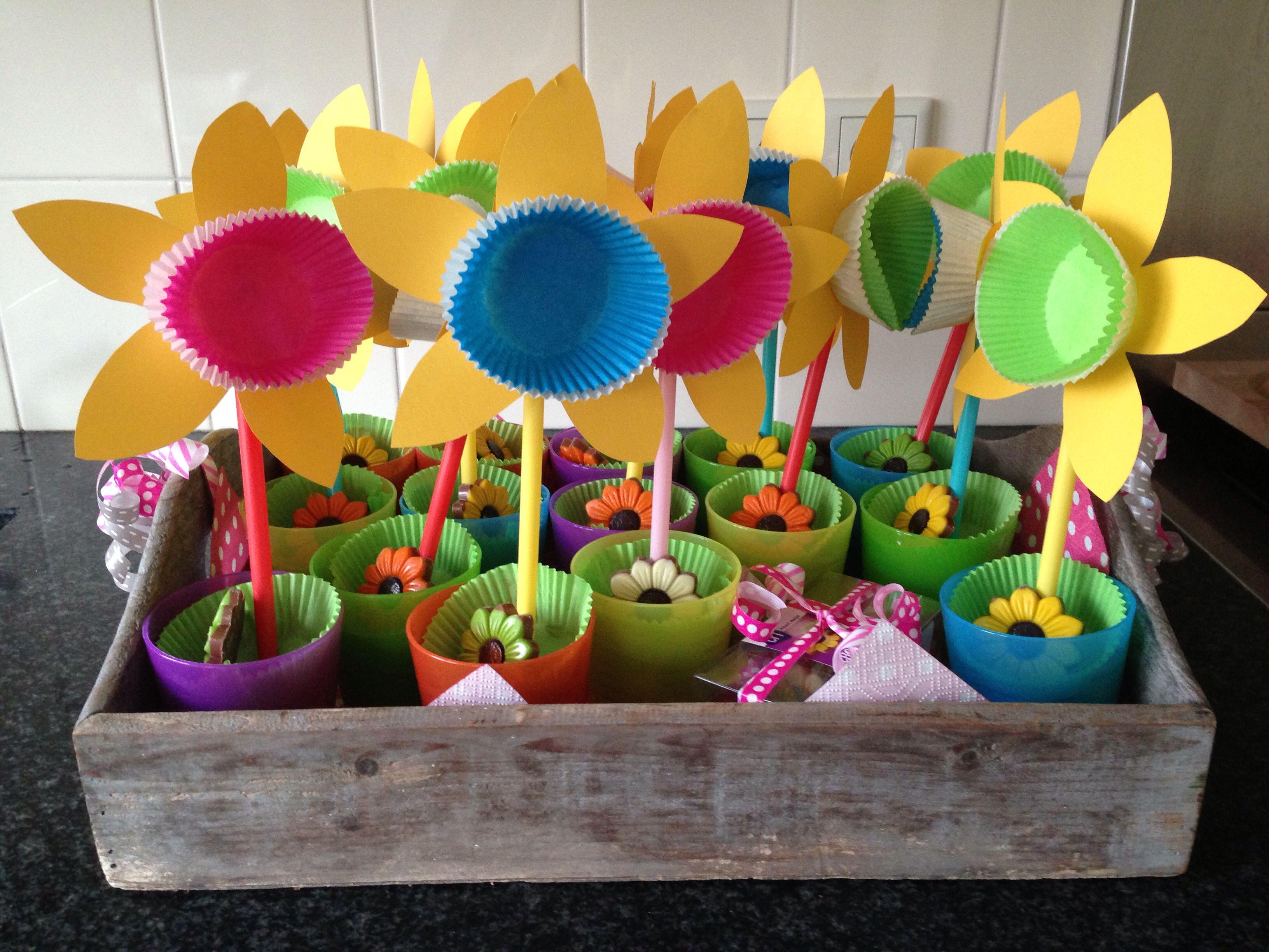 Traktatie voor een 3 jarige. Bekers van de Ikea gevuld met druifjes. Van cupcake papiertjes (Xenos) en rietjes (Ikea) bloemen gemaakt. Bloemen chocolaatjes van de Albert Heijn.