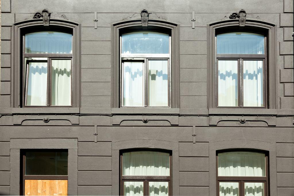 Gebogen ramen hout grijsbruin  Materiaal: Meranti hout (ramen) & Thermowood (deur) Kleur: RAL8019 (Grijsbruin) & Onbehandeld (deur)
