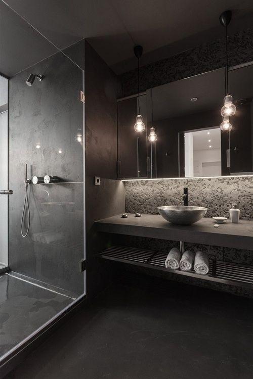 #reforma #baño de color carbón, lavabo sobre encimera de obra, acabados microcemento, zona de ducha con cerramiento de vidrio.