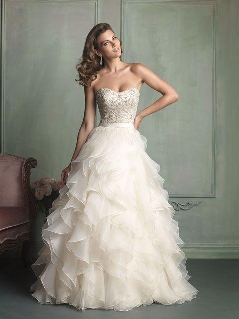 美しいストラップレスウェディングドレス