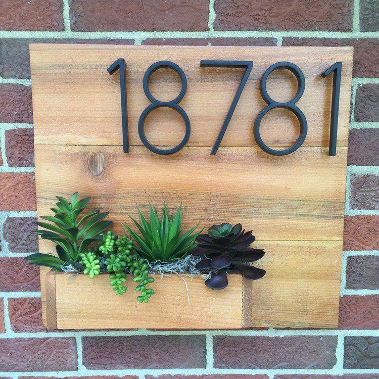 Plaque num ro maison en bois massif avec jardini re compos e de plantes succulentes facade en - Plaque de numero de maison ...