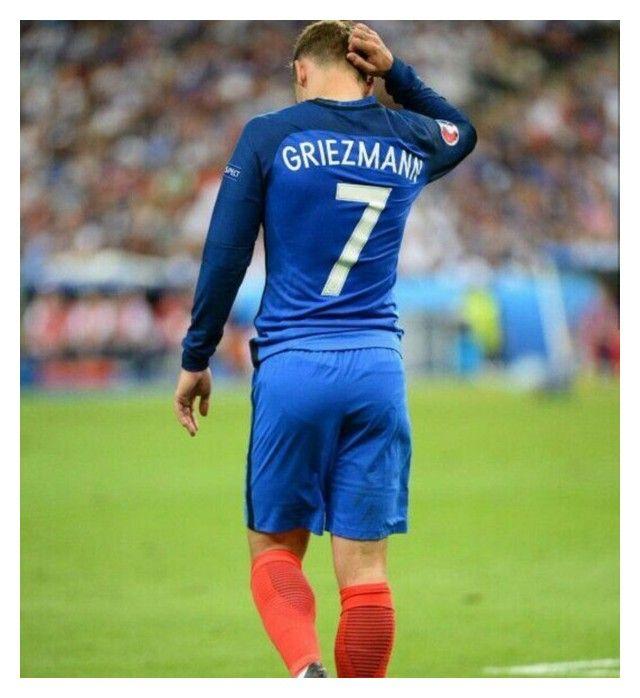 Designer Clothes Shoes Bags For Women Ssense In 2020 Antoine Griezmann Soccer Guys Griezmann