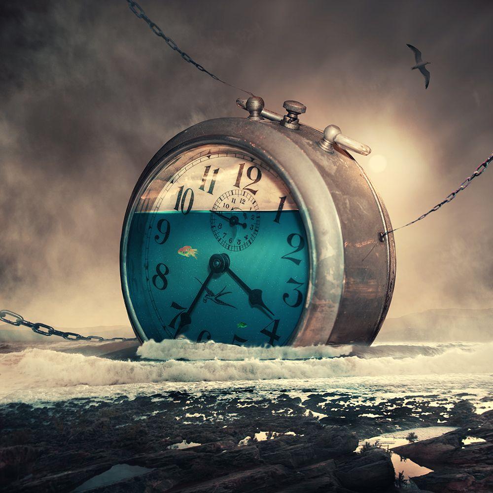 Фото Огромные часы, заполненные водой с плавающей в них ...
