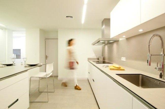 Compensar la ausencia de luz natural con colores claros en la cocina ...