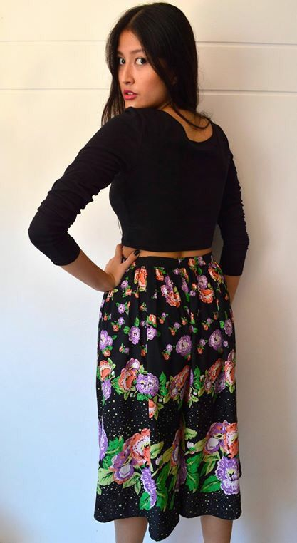 Pantalón negro con flores por detrás.