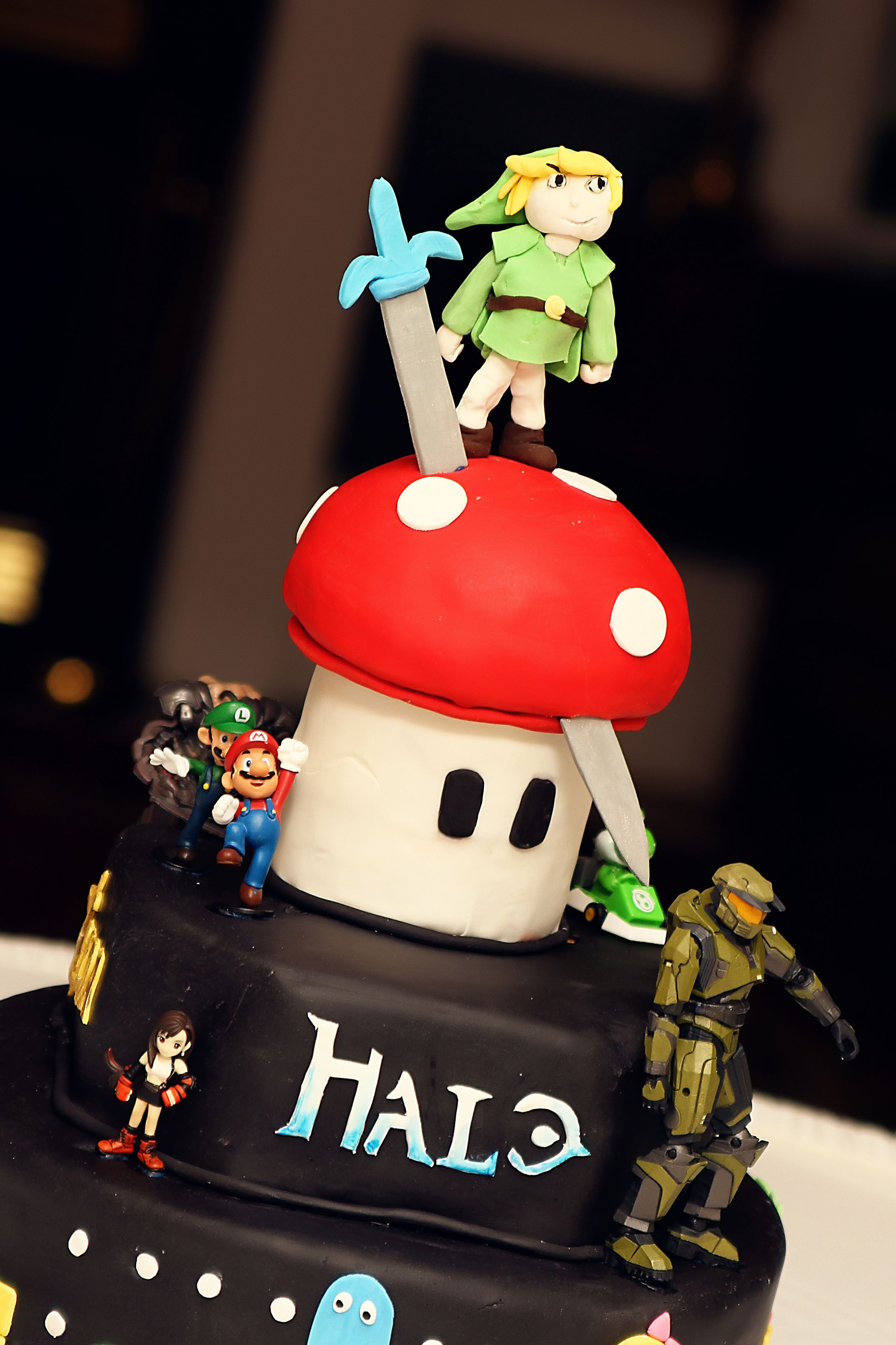 Azriel would love thismario legend of zelda and halo themed cake