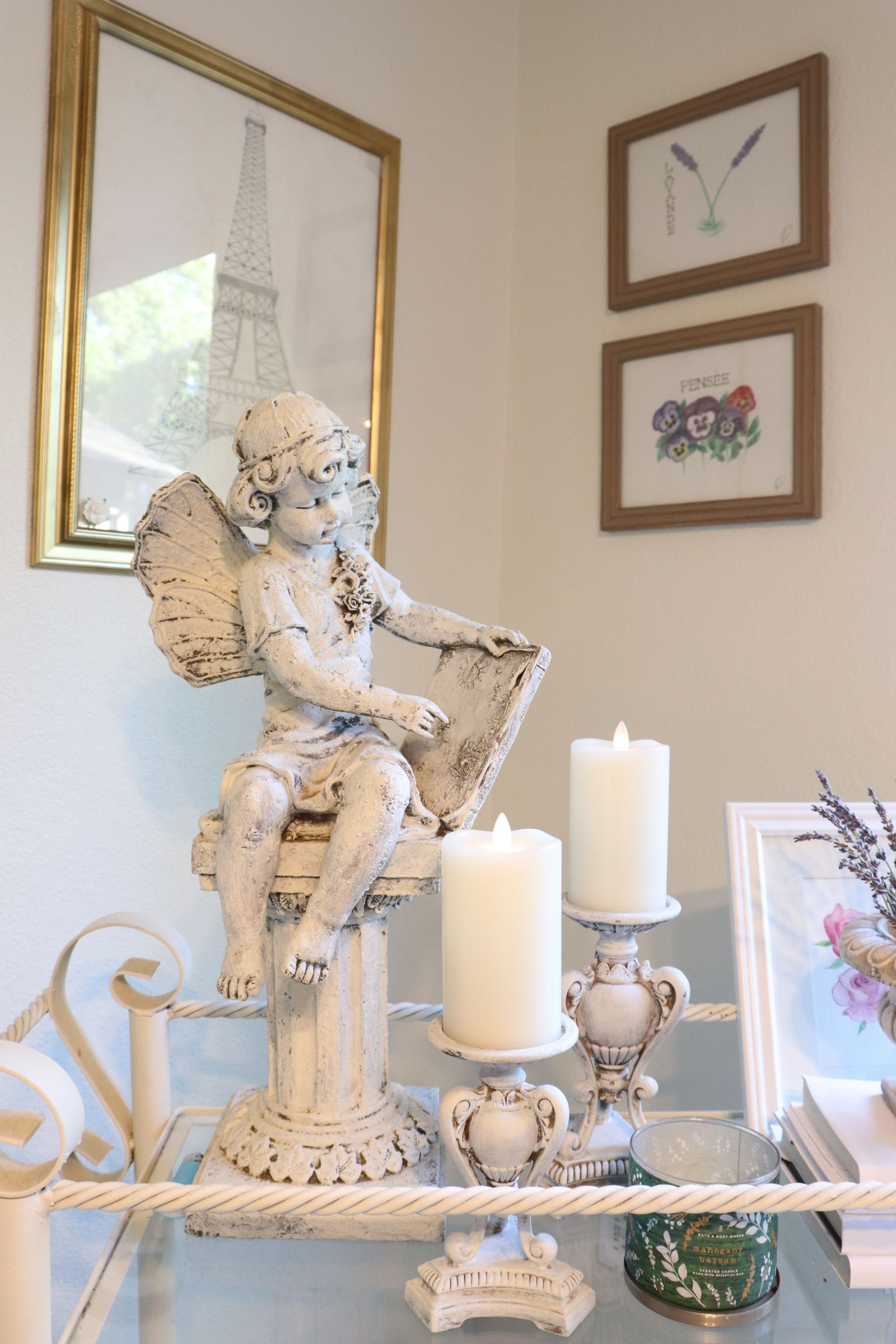 Statuary doesn't only belong outside! A small statue used as a home decoration is a simple and creative way to bring some French country feeling into your home! #frenchcountry #frenchcountryliving #frenchinspiredliving #frenchlife #francophile #frenchcountrystyle #frenchcountrydecor