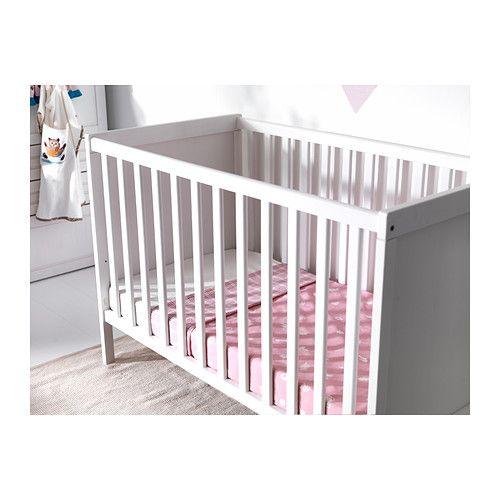 SUNDVIK Pinnasänky IKEA Toinen sängyn laidoista voidaan irrottaa, kun lapsi kasvaa ja oppii kiipeämään itse sänkyyn ja sieltä pois.