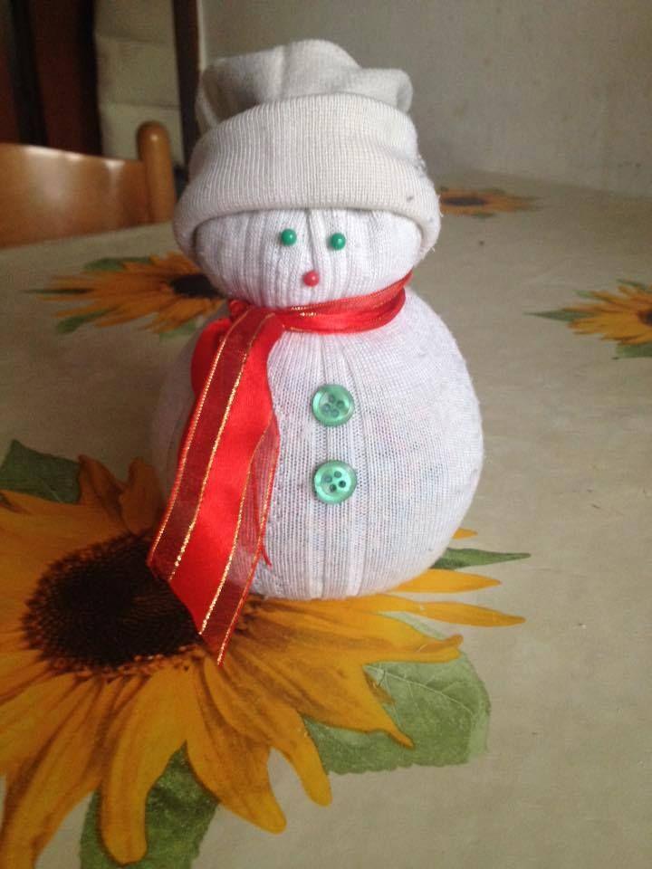 Pupazzo di neve creato con materiali casalinghi.