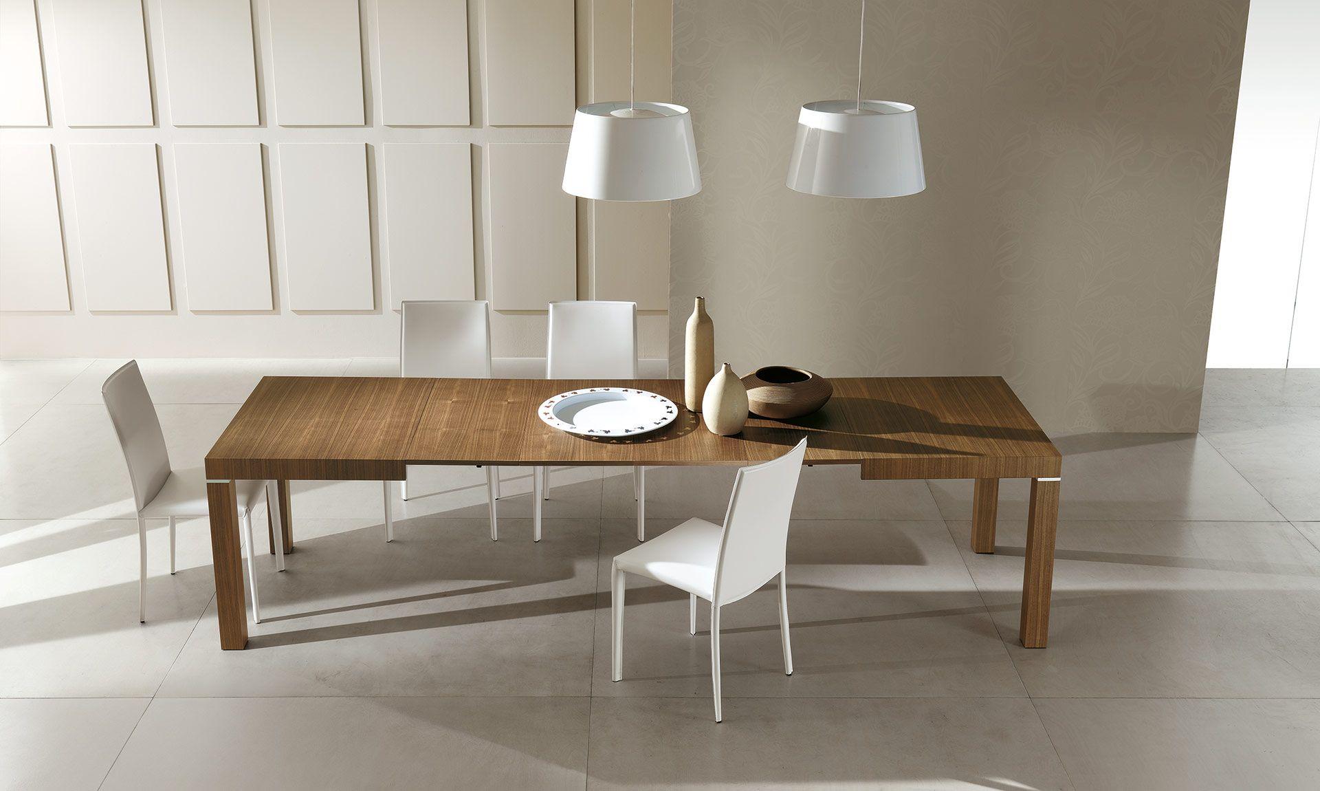 tavolo in legno allungabile con particolari in alluminio